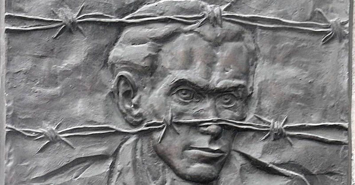 Radnóti Miklós (1909–1944) költő és műfordító emléktáblája egykori lakóháza falán.